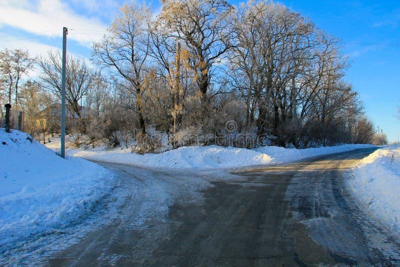 Разветвленная сельская дорога на зиме стоковые фото