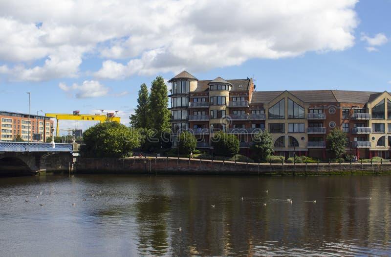 Развитие берега современного города Белфаста с ним здания подъема ` s высокие вокруг моста ферзей и реки Lagan на Дон стоковое изображение rf