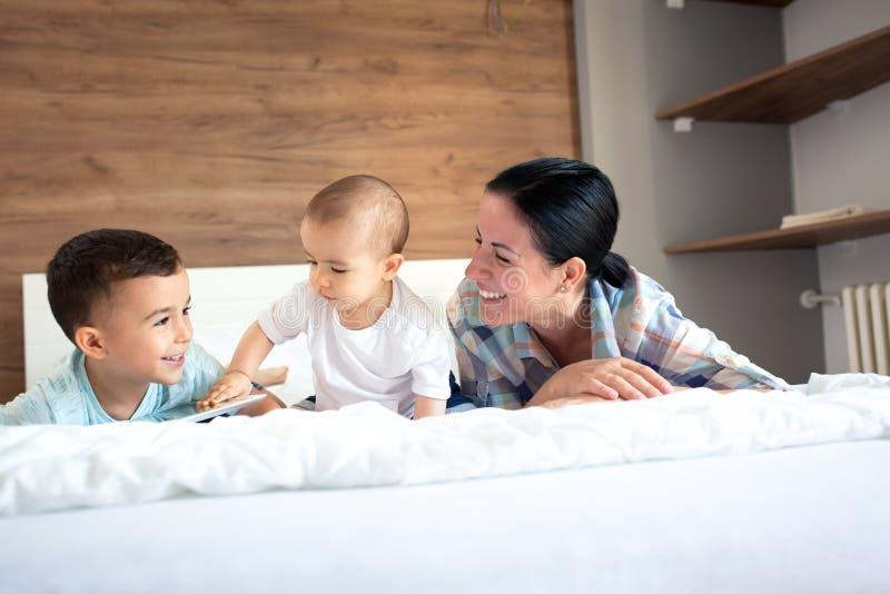 Развитие доверия между матерью и ее детьми стоковые изображения