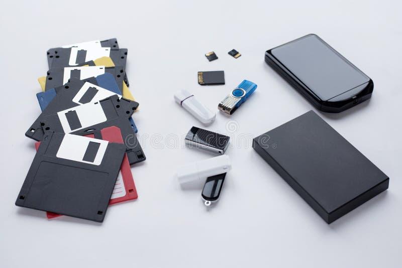 Развитие цифровых приборов для передачи и хранения информации Объекты изолированные на белой предпосылке стоковые фото