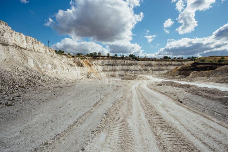 Развитие ямы мела Дороги для самосвалов стоковое изображение