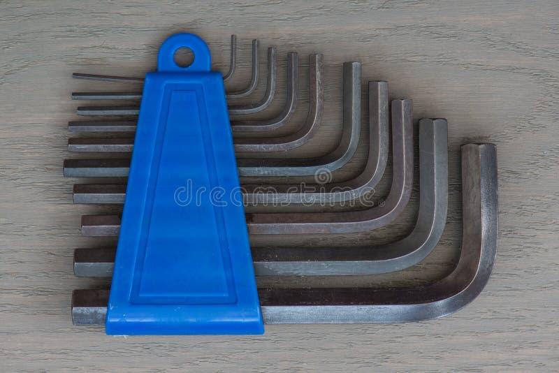 Разводной гаечный ключ 10 частей установленный в голубой держатель Серая предпосылка стоковые фотографии rf