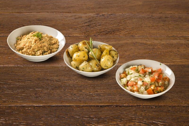 Разделайте зажаренные картошку, vinaigrette и муку в белом шаре Концепция еды здоровья деревенской стоковые изображения