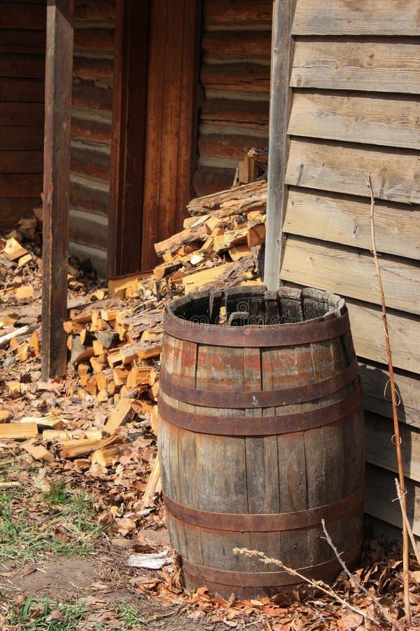 Разделенная деревянная куча около твёрдой древесины разжигать бочонка стоковая фотография rf