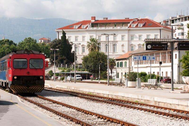 разделенный поезд станции стоковая фотография rf