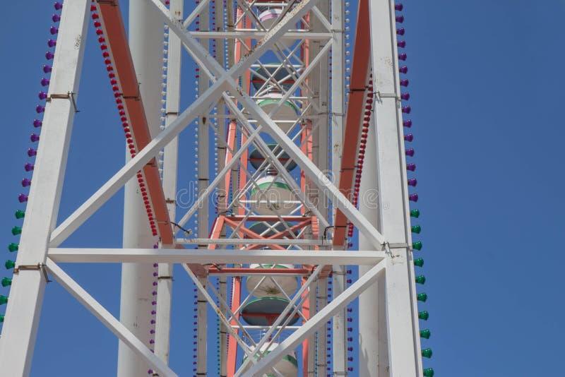 Разделите колесо ferris a красочное Ярко покрашенное колесо Ferris против голубого неба стоковые изображения