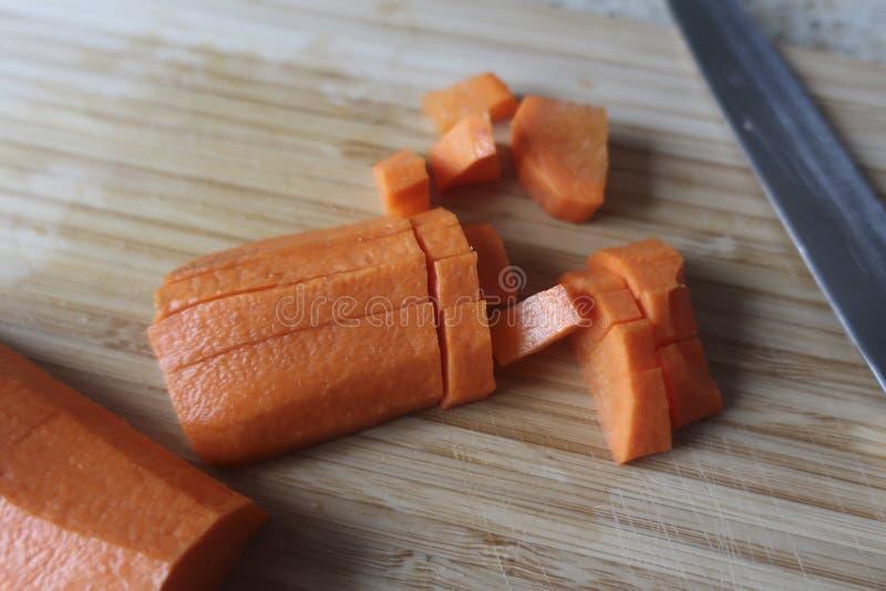 разделочная доска и прерванный конец-вверх морковей стоковые изображения rf