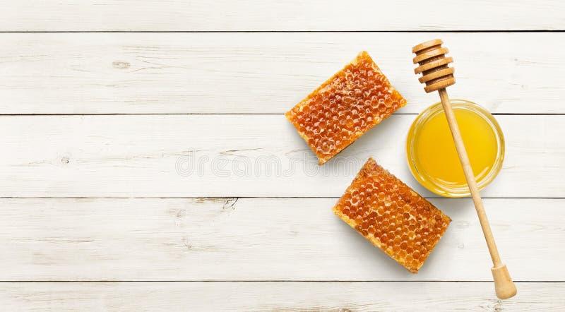 Раздражайте вполне свежих меда и сотов на белизне стоковая фотография