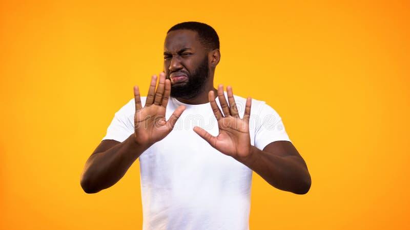 Раздражанный молодой жест сброса показа черного парня, недоброжелательное отношение, выжимк стоковые изображения rf