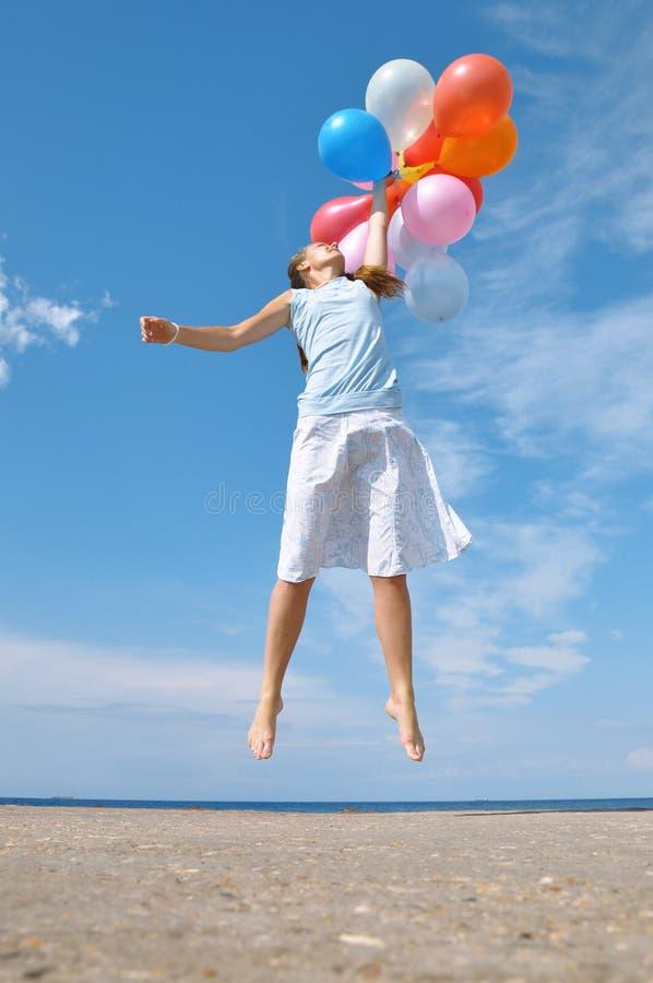 раздувает девушка счастливая стоковое фото