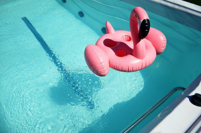 Раздувная игрушка в бассейне курорта стоковое фото
