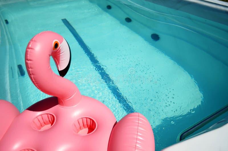 Раздувная игрушка в бассейне курорта стоковое изображение