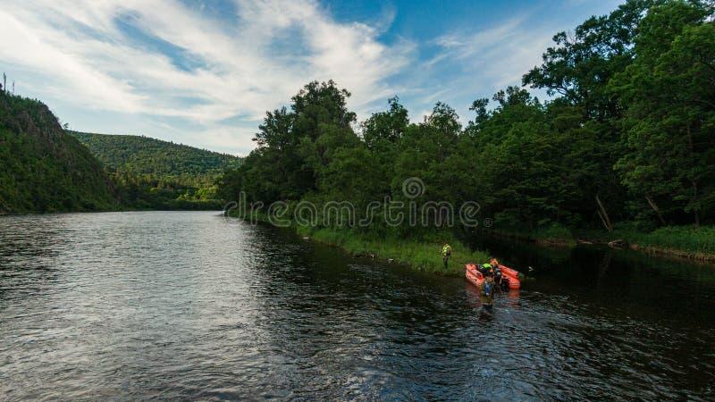 Раздувная моторная лодка рыбацкая лодка на реке горы Река Anyui Территория Хабаровска, Дальний восток, Россия стоковое изображение