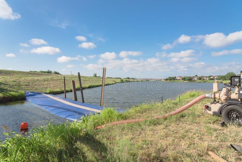 Раздувной барьер потока запруды с промышленным насосом стоковое изображение rf
