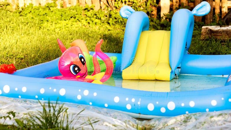 Раздувной бассейн с игрушками ` s детей стоковая фотография rf