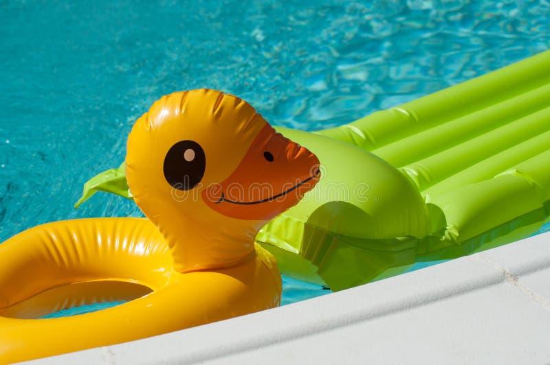 раздувные игрушки в бассейне стоковое фото rf