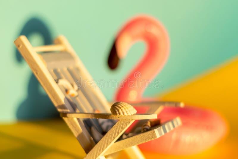 Раздувные фламинго и deckchair на голубой предпосылке, партия поплавка бассейна, стоковые изображения