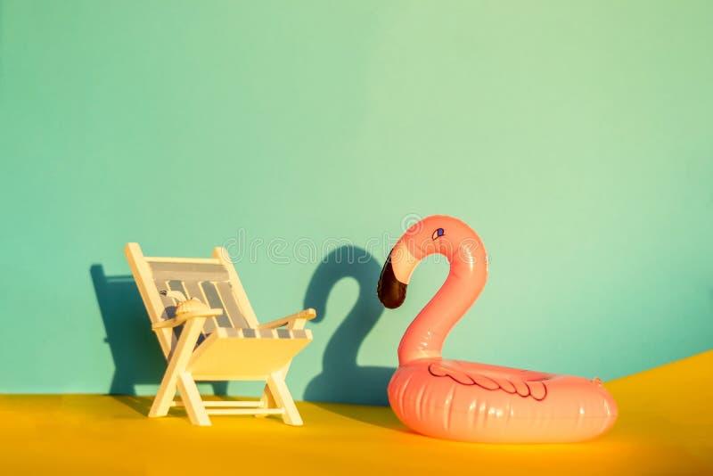 Раздувные фламинго и deckchair на голубой предпосылке, партия поплавка бассейна, стоковые фото