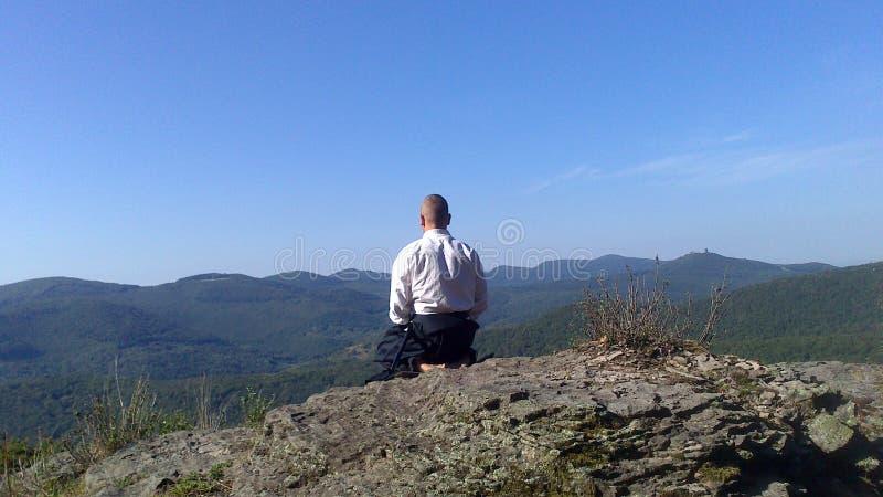 Раздумье дзэна на верхней части горы стоковое фото rf