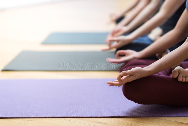 Раздумье йоги и mindfulness стоковые фото