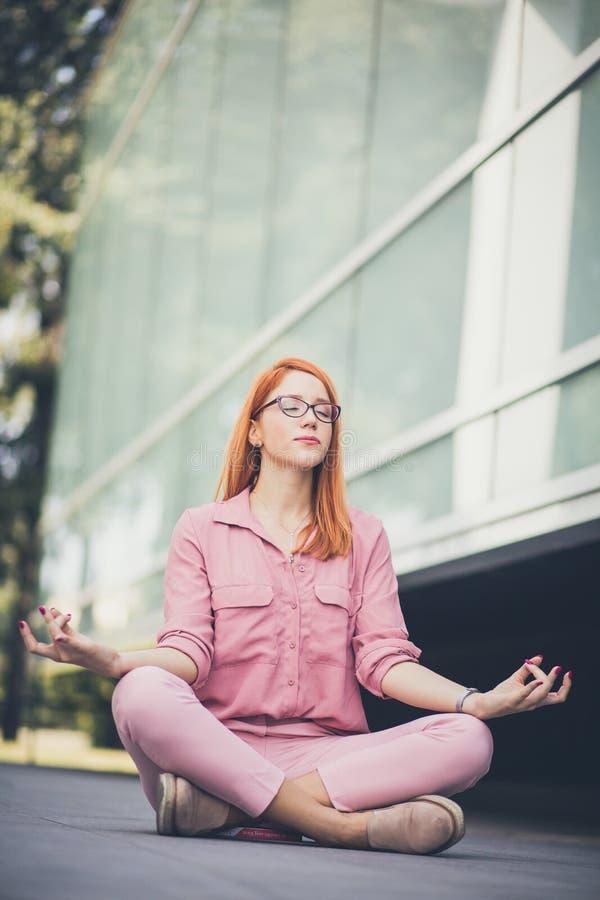 раздумье Любовник йоги Дело и удовольствие стоковые фото