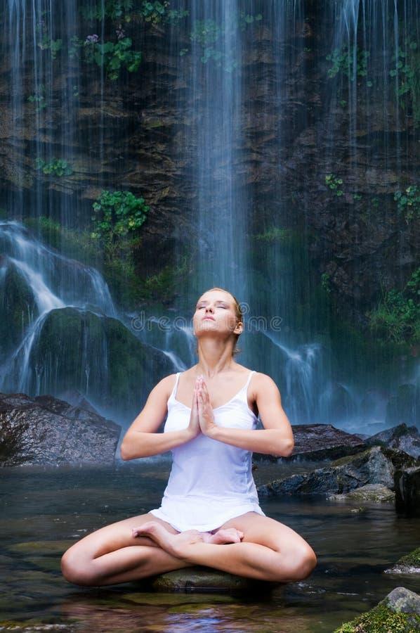 раздумье около йоги водопада стоковое изображение