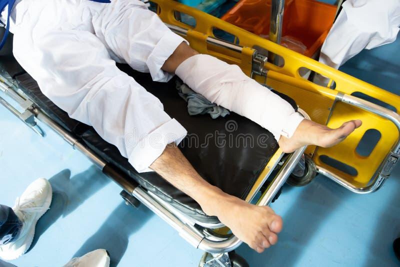 Разлады ушибов обработки скорой помощи EMS медсестры стоковая фотография