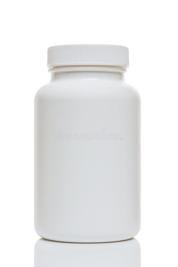 разлейте пластичную белизну по бутылкам стоковые изображения