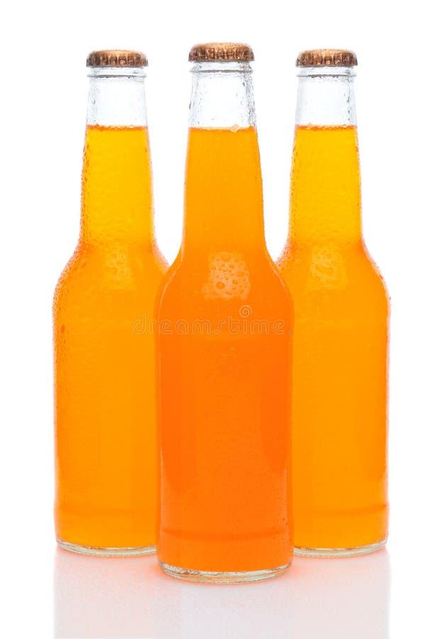 разливает белизну по бутылкам померанцовой соды 3 стоковые изображения rf