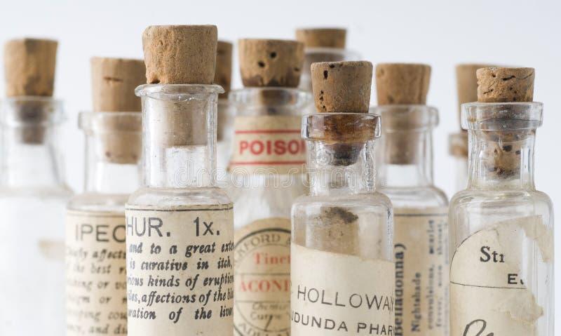 разливает гомеопатическую микстуру по бутылкам стоковые изображения