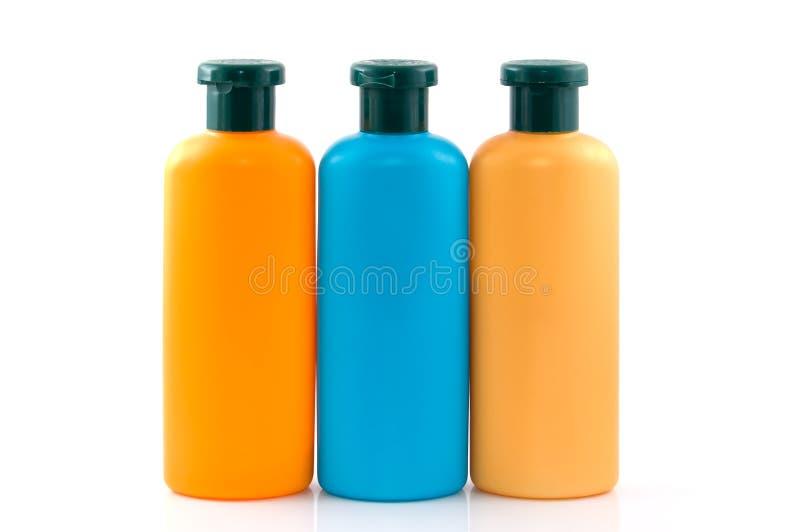 разливает косметики по бутылкам стоковые изображения rf