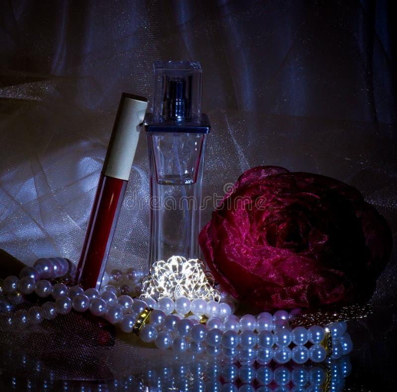 разливает красный цвет по бутылкам дух губной помады стоковое изображение