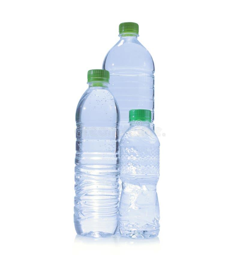 разливает пластичную воду по бутылкам поликарбоната стоковая фотография rf