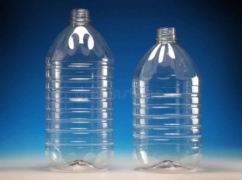 разливает пластмассу по бутылкам прозрачную стоковые изображения