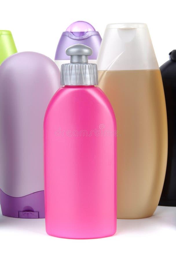 разливает пластмассу по бутылкам стоковые изображения
