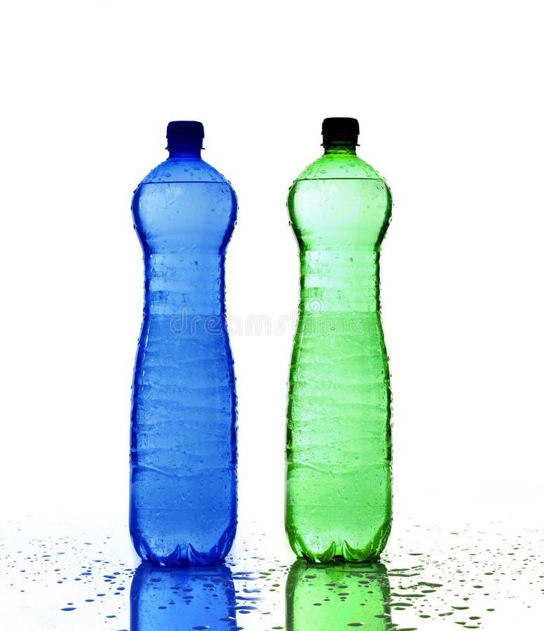 разливает пластмассу по бутылкам стоковые фото