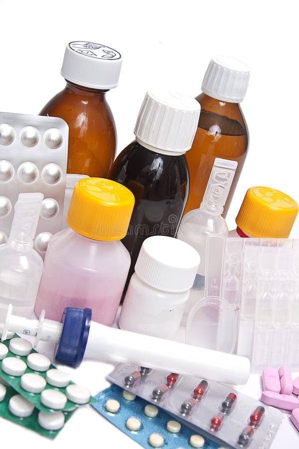 разливает целебные таблетки по бутылкам стоковая фотография rf