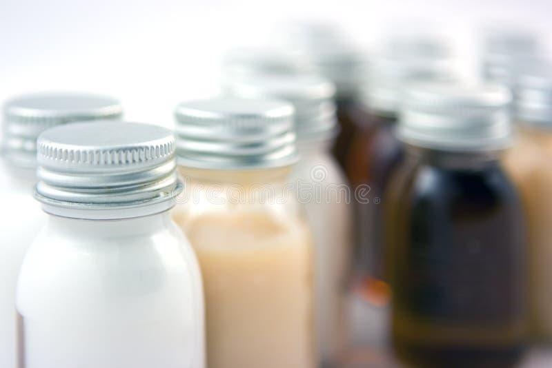 разливает шампунь по бутылкам стоковое изображение rf