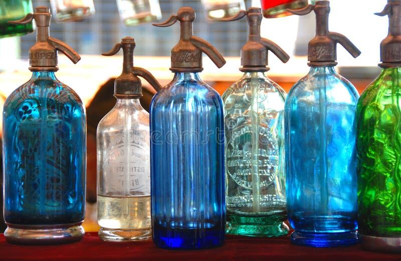 разливает seltzer по бутылкам стоковые изображения rf