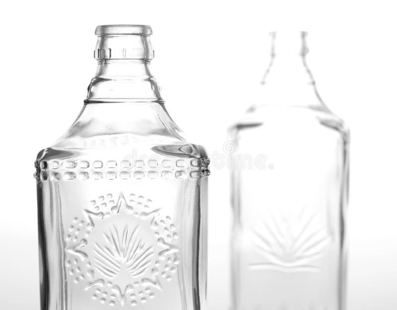 разливает tequila по бутылкам стоковое изображение rf