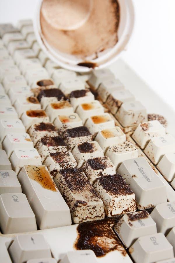 разливать клавиатуры кофе стоковое фото rf