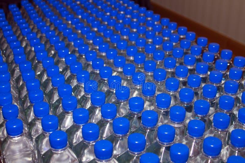 разлитая по бутылкам питьевая вода стоковые фото