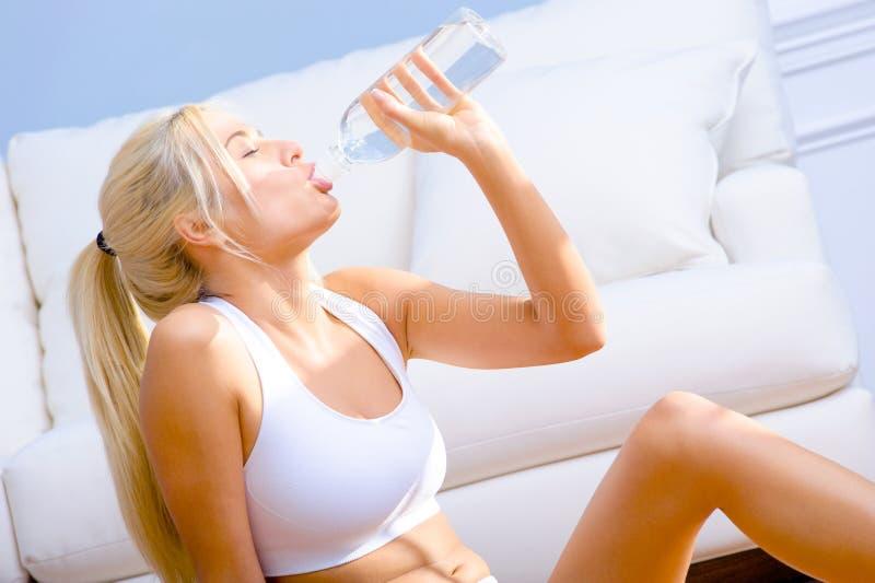 разлитые по бутылкам детеныши женщины питьевой воды стоковое изображение rf