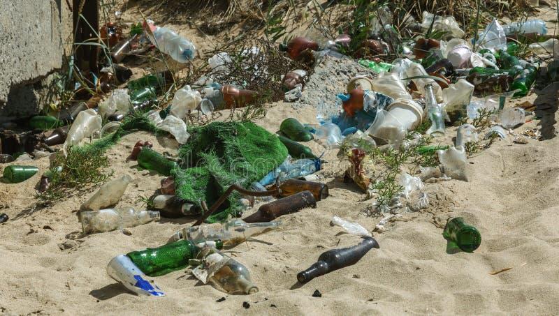 Разлитый отброс на пляже большого города Опорожните используемые пакостные пластичные бутылки Берег Чёрное море пакостного моря п стоковая фотография
