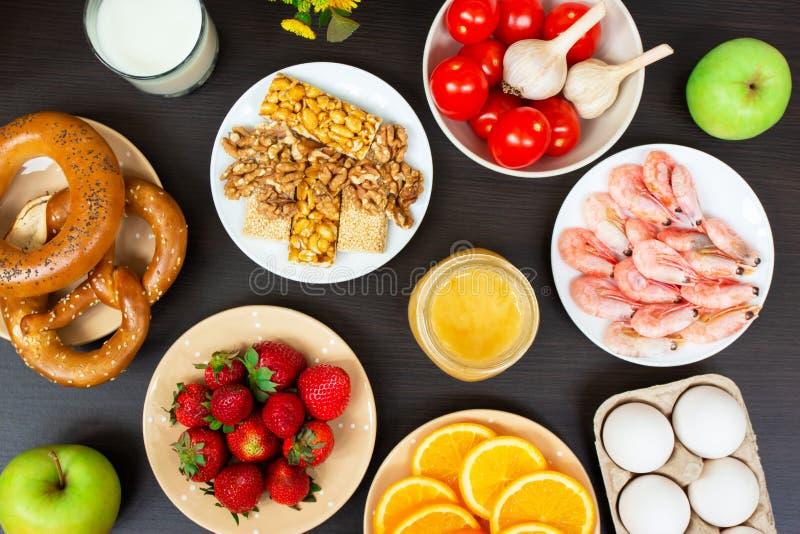 Различная еда аллергии на деревянном столе r стоковые фотографии rf