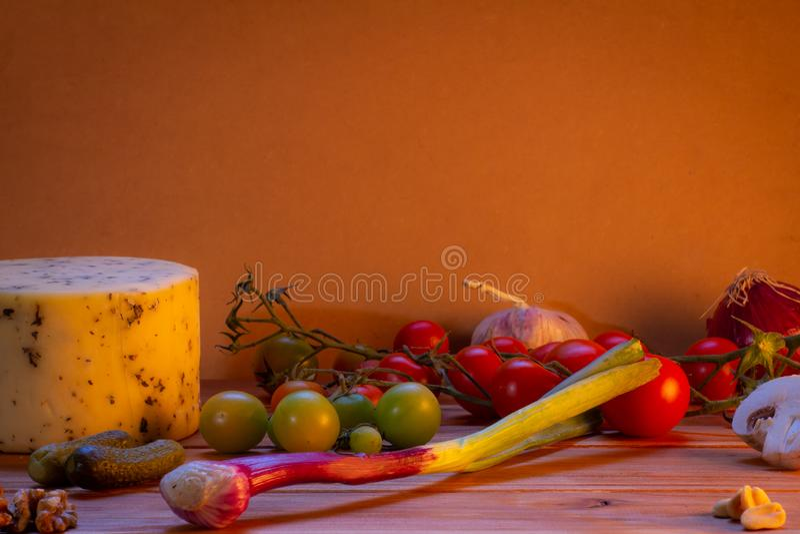 Различная еда и другие edibles на деревенской предпосылке стоковое фото rf