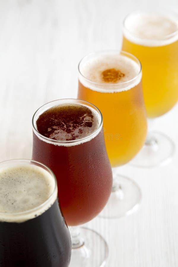 Различное холодное пиво ремесла, взгляд со стороны : стоковое фото