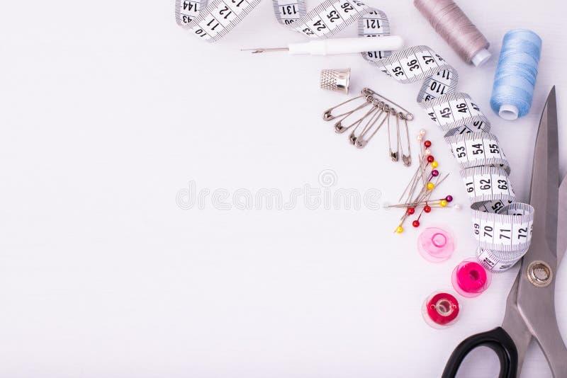 Различные аксессуары для шить/дело рук на белой таблице стоковая фотография