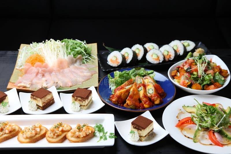 Различные блюда получают совместно на обеденном столе стоковые изображения