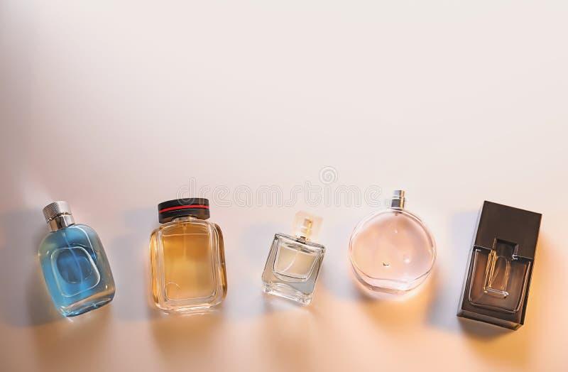 Различные бутылки духов на светлой предпосылке стоковые изображения rf